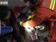 女子手卡绞肉机 消防施救送医
