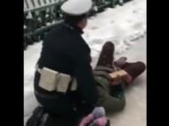 女子滑倒受伤 mg不朽的浪漫交警跪雪地20分钟当靠垫