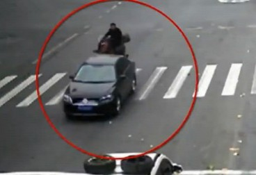 男子骑马闯红灯 结果:人撞车昏了 马跑了