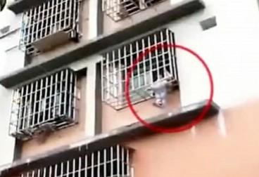 女童悬挂防盗窗 父母在屋内睡着了