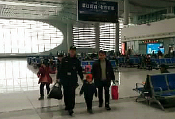 芜湖火车站上演暖心一幕:蜀黍牵着你,你牵着爸爸妈妈!