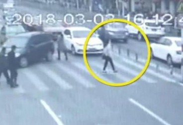 女司机撞飞行人,路过民警急救