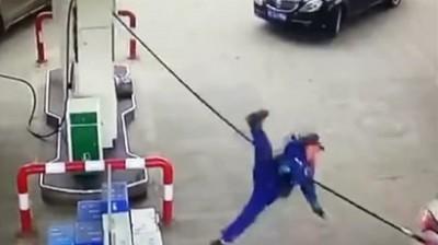 """女司机油枪未拔就开走,""""带飞""""加油员!"""