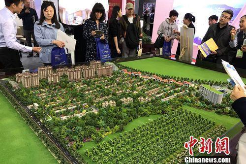 资料图:北京民众在房展会上咨询楼盘情况。<a target='_blank' href='http://www.chinanews.com/' >中新网</a>&nbsp;程春雨 摄