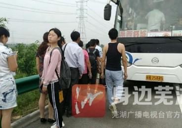 大客车突发故障 二十多人被困高速