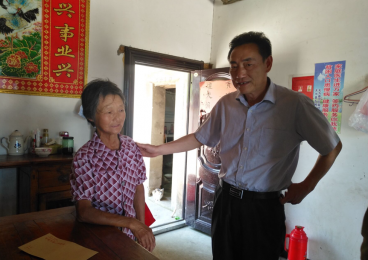 芜湖市报业集团、广电台端午节前慰问天花村贫困户
