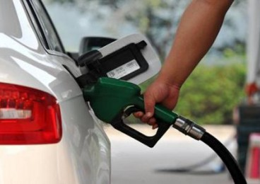 油价上调 加满一箱油多花5元钱