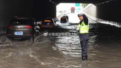 点赞!为保交通顺畅,芜湖交警甘当人体路标