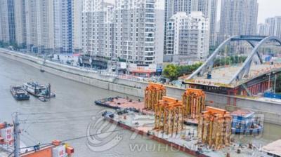 新中山桥昨开始顶推平移