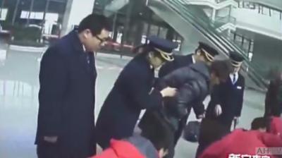 乘客突发疾病 车站工作人员救助