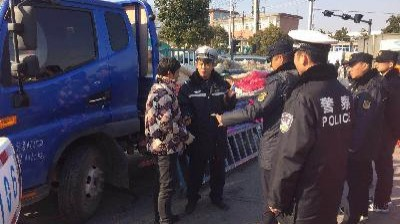 城管交警联合执法 集中整治节前农贸市场