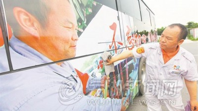 """""""红色传承""""主题公交车厢亮相江城"""
