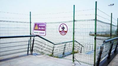 滨江公园临水护栏焊金属网惹争议