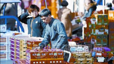 """芜湖水果市场开启""""春节模式"""""""