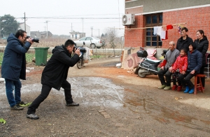 """【网络中国节·春节】新年拍张""""全家福"""" 脱贫路上手牵手"""