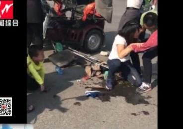 三轮车闯红灯被撞翻 热心市民主动抬车救人